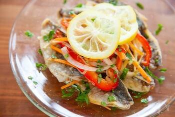 鯵の南蛮漬けが好きな方におすすめの地中海料理「エスカベッシュ」です。 ローリエやワインビネガー、マスタードなどを使った漬け込み液の中に、焼いた鯵と野菜を入れておくだけで完成します。お酒のおつまみとして作り置きしたり、おもてなしの前菜料理としても喜ばれそうですね。