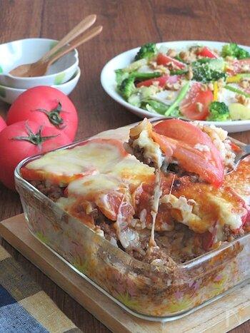 チーズがとろ~りととろけるトマトのミートドリア。ミートソースをたっぷりとごはんにかけて、チーズと一緒にオーブンで焼き上げます。ソースのコクとトマトの酸味、チーズのまろやかさがたまりません。