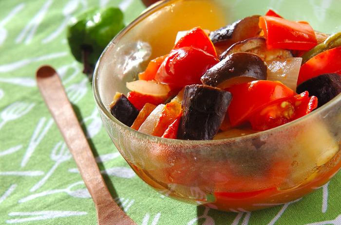 プチトマト、なす、玉ねぎなど野菜をたっぷり使ったラタトゥイユは、イタリアンの人気お惣菜。電子レンジで簡単に作れるので、あと一品ほしいときにも◎彩り鮮やかで栄養もたっぷりです。