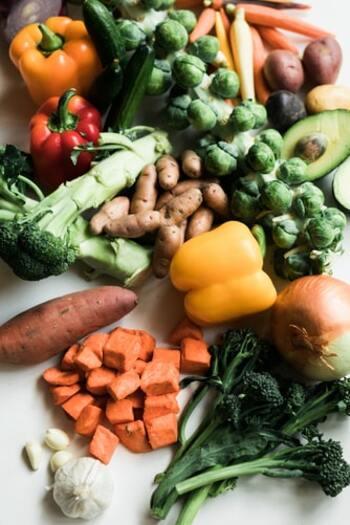 2つ目はカロテンです。緑黄色野菜や果物に含まれるβ-カロテンやリコピンなど。 3つ目はビタミンA、ビタミンC、ビタミンE。抗酸化ビタミンとも呼ばれ、抗酸化作用が期待できます。