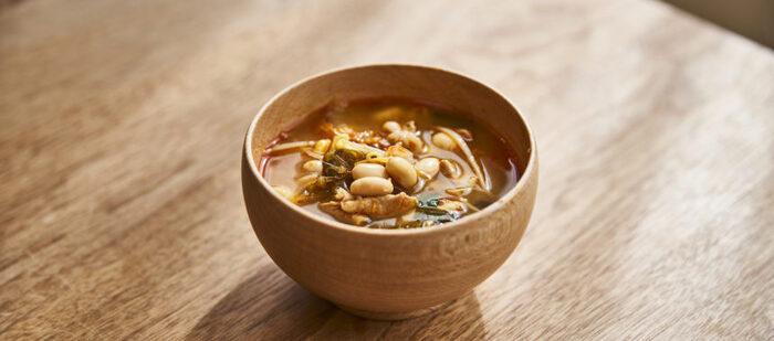 豆板醤とニンニクが効いたパンチのあるスープ。豚肉、大豆、豆もやしとボリューム満点なので、このスープとごはんで十分な献立になります。