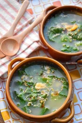 レタスの外側の葉は捨ててしまってはもったいない! 色の濃さは栄養価が高い証。繊維が少し強いので細切りにしてから、スープでいただきましょう。