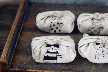 丈夫で洗いやすいリネン素材のお弁当包み。シンプルながらも可愛い猫のイラストは、愛着の沸くお弁当グッズとして活躍してくれるはずです。