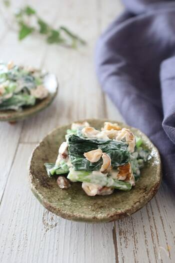 小松菜の和え物をアレンジ♪小松菜を茹ででクリームチーズと和えるだけでとっても簡単。ローストナッツが食感のアクセントになりますよ。いつもの味付けに飽きたときにもおすすめの一品です。時間が経つとクリームチーズが固まってしまうので、出来立てをぜひ召し上がれ◎