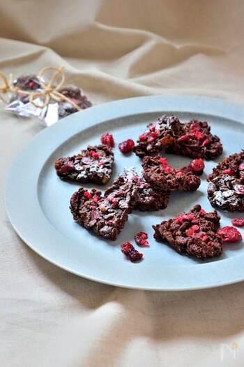 チョコレートに、もち麦フレーク、ドライフルーツなどを合わせたヘルシーなチョコレートシリアルバー。腸内環境も整って、健康にも美容にもうれしいスイーツです。