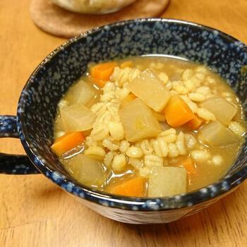 マンネリ化しがちな野菜スープも、もち麦を入れることで満足感アップ。しかも、カレールーを1個加えることで、味に変化がついて楽しめます。ダイエット中にもおすすめ。