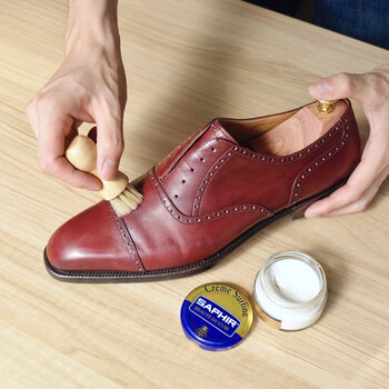 革靴のお手入れには、難しい手順や複雑な道具は不要で、考えているよりもずっと簡単にできます。ビギナーさんがまず揃えたいのは、靴ブラシ、クリーム、クロスの基本の3点。これらの最低限の道具があれば、十分に革靴のお手入れができちゃいます。