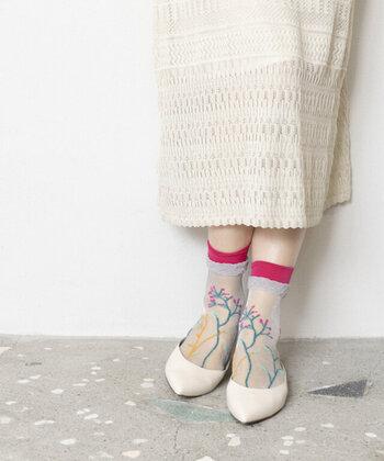 実際に履いてみると、肌の色が透けて柄がより一層映えて見えます。履き口の差し色が素敵なアクセントになり、これ一足でおしゃれ上級者の貫禄に。