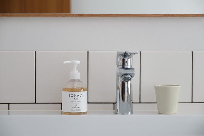 毎日頻繁に使うハンドソープ。おしゃれなヴィジュアルのモノがいいけれど、中味にもしっかりこだわって選びたいですよね。そんな方におすすめしたいのが、「SOMALI(ソマリ)」の「ハンド用液体石けん」。石けんをベースにした水回りのハウスケア製品を提供する「木村石鹸」が、洗浄効果と肌への優しさ、地球への優しさにまで思いを馳せた、自信作です。