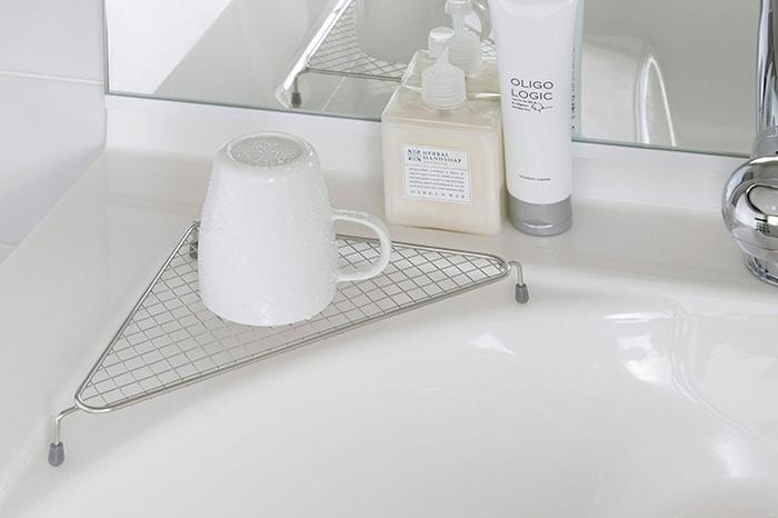洗面台やキッチンでのちょっとした水切りに便利なラック。脚にはシリコンゴムが付いているので、洗面台が傷付きにくく、滑りにくい。