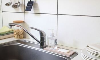 こちらはディスペンサートレイ。水気が残って汚れの原因になりがちな洗面台やキッチンのシンクに設置して、洗剤や石けんをまとめて置いておけます。