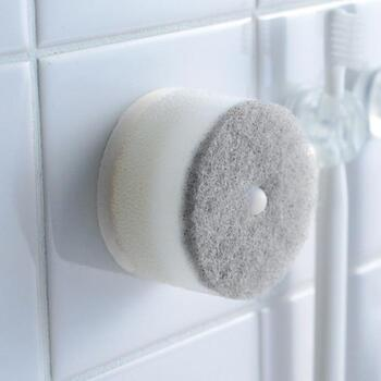 丸くて小さいキュートなスポンジ。吸盤式のホルダー付きで洗面台にコンパクトに取り付けられるから、汚れが気になった時にササッと使えます。