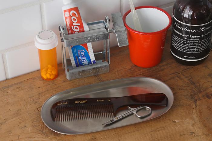 日本を代表するデザイナーである渡辺力氏によってデザインされたトレーは、ただ置いてあるだけで凛とした佇まい。洗面所に置いて、アクセサリー類やメガネを一時置きするのに便利です。