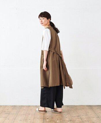 コットン素材のロングジレは、シンプルなカットソーに羽織るだけでこなれ感が出せるアイテムです。共布のリボンがついているタイプなら、後ろ姿までぬかりなくおしゃれが楽しめます。軽く結いてアウター感をだすのはもちろん、そのままたらしてリラクシングに着こなしてもOKです!