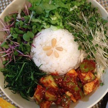 栄養満点!グリーン野菜がたっぷりのヘルシービビンバは、ご飯とよく合うアボカドキムチをからめていただきます。家にある調味料をアボカドに和えるだけで簡単に作れる「アボカドキムチ」は、単品でもお酒のおつまみにもぴったりの一品。