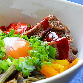 わらびやパプリカのナムルに、茄子の和え物、大根と人参の甘酢漬けなど、常備菜で残っていたものをお肉と一緒にのせてビビンバに。とっても豪華なアレンジメニューで、味の変化も楽しめますね!