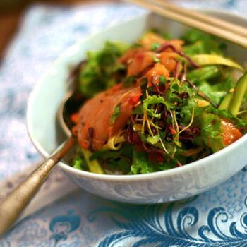 葉物野菜や香味野菜に鯛のお刺身をのせた簡単ビビンバ。色々な種類の野菜が、コチュジャンのからんださっぱりした鯛と合わさって、ご飯がどんどんすすむ美味しさ♪お肉よりもさっぱりいただけるのが良いですね!