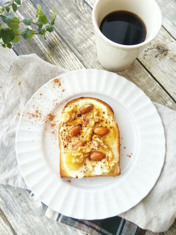 朝食に食べたい!ハニーチーズトーストです。クリームチーズを塗った食パンの上にシナモンとナッツのはちみつ漬けをトッピング。シナモンのほのかな甘さと独特な風味がアクセントになります。シナモン好きは、ハマること間違いなしのおいしさです。生のナッツを使うときはローストして香ばしい香りと食感を楽しんで。