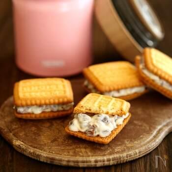混ぜて冷やすだけ!ヨーグルトとクリームチーズを使ったラムレーズンサンドです。レーズンがヨーグルトの水分を吸って、まるでバターサンドのような味わいに。市販品よりヘルシーなのがうれしいポイントです♪ビスケットが柔らかくならないうちに、早めに食べるのがおすすめ。