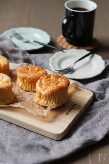 生クリーム不使用!ホットケーキミックスで手軽に作れるチーズケーキです。ヨーグルトは水切りが不要なのでとっても簡単。さっぱりヘルシーに味わえます。特別な材料は要らずにすぐ作れるので、覚えておけば役立ちますよ。マフィン型で作れば、一人分のかわいいサイズで食べやすくおすすめです。