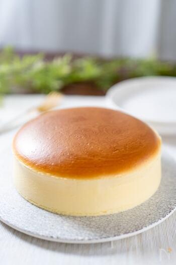 ぷるふわ食感がたまらない♪生クリーム不使用のスフレチーズケーキです。メレンゲは角がお辞儀するくらいの硬さくらいに泡立てることがポイント。あまり泡立てすぎると焼いたときに表面が割れてしまうそう。口の中に入れると一瞬でとろける食感がやみつきになりますよ。パーティーにもおすすめです。