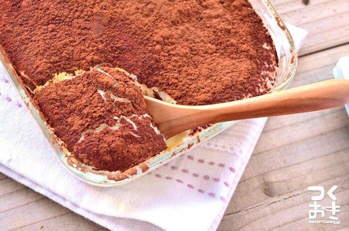 クリームチーズで作る簡単アイスティラミスです。クリームチーズをたっぷり使って砂糖は控えめに。しっかり甘さを感じられる仕上がりになっています。見た目以上に簡単にできるので、おもてなしにもおすすめですよ。ひんやりデザートをぜひ堪能して♪