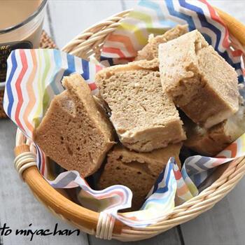 ホットケーキミックスを使った蒸しケーキレシピ。耐熱ガラス容器に材料を入れて混ぜて、レンジで加熱したらできあがり♪ボウルも不要で、ふわふわのおやつが簡単に作れます。