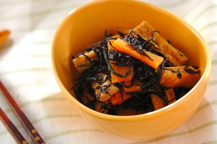 普段はお鍋で煮込んで作るひじきも、耐熱ガラス容器を使えばもっと手軽に作れます。下準備をしたひじきと調味料を耐熱ガラス容器に入れてレンチンするだけ。コンロがふさがっているときにもおすすめ。冷ますと味がしっかりと染み渡り美味しくなりますよ。