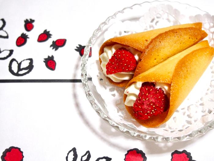 高島屋横浜店や都内に数店舗展開するAUDREY(オードリー)は、いちごの小さなブーケのようなお菓子「グレイシア」が大人気。サクッとしたラングドシャでクリームを巻いて、フリーズドライいちごをトッピングしています。小さな花束のような可愛いらしいスイーツと一緒に、感謝の気持ちを伝えましょう。