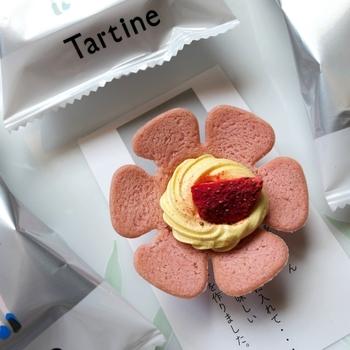 東武百貨店 池袋本店にあるtartine(タルティン)は、AUDREYの姉妹店。大阪や名古屋にも店舗があります。こちらでおすすめなのが、お花のようなスイーツ「ストロベリータルティン」。ピンク色のビスケットの中にクリームとストロベリージャム、フリーズドライいちごがのっていて、見た目がとびきりキュート♪