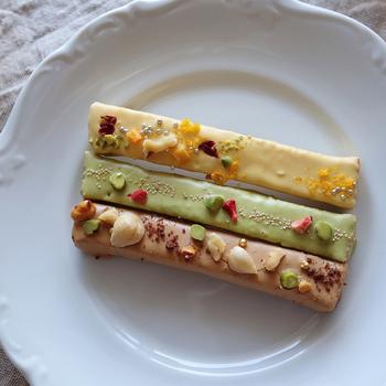 CAFE OHZAN(カフェ オウザン)の「スティックラスク ショコラ」は、カラフルなチョコレートのコーティングと華やかなトッピングに心ときめくお花畑のようなスイーツ。サクッとした食感とチョコレートの組み合わせが相性抜群◎