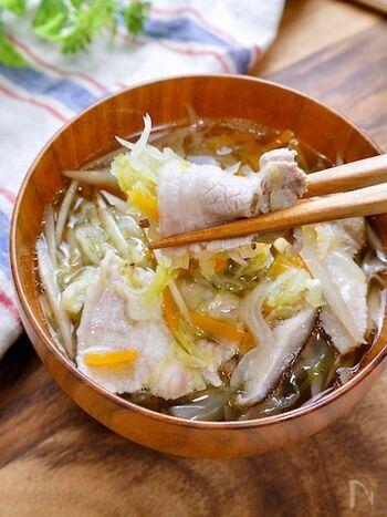 野菜は千切りにすることで食べやすくなり、たっぷり摂取できます。豚バラで巻きながら食べるのがおいしさのポイント。