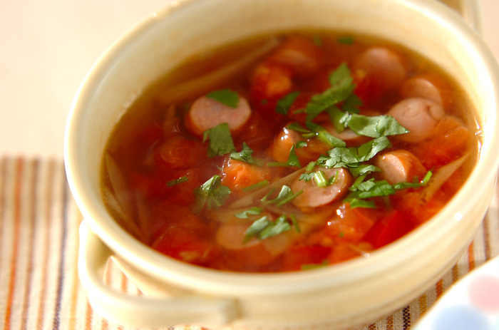トマトベースの爽やかな酸味を楽しめるスープ。ソーセージが入っているから、お子さんも喜んで食べてくれそう。