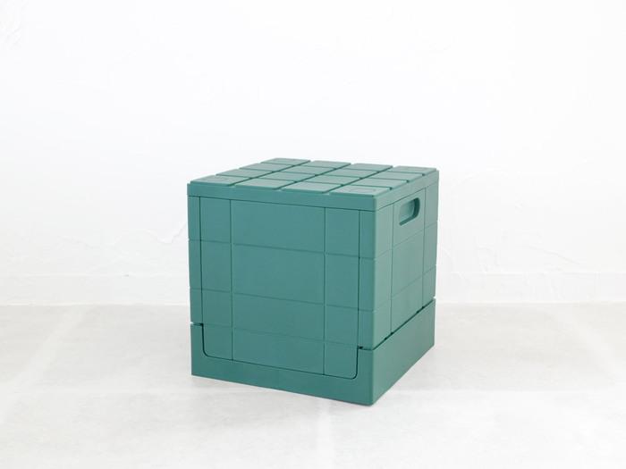 真四角の形がおもちゃのようでおしゃれな収納ボックスです。シックな色合いのお陰で、お庭に置いても、アウトドアシーンでも浮かずにマッチしてくれます。