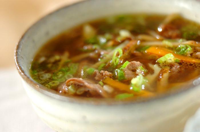 牛肉が入った食べごたえたっぷりおかずスープ。ごぼうに加えて水煮たけのこが入っているから、シャキシャキの歯ごたえも楽しめます。