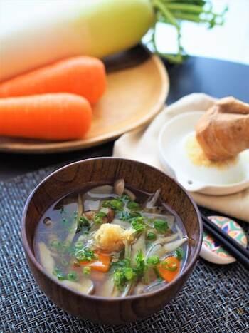 ごぼう、大根、ニンジンと根菜類がたっぷり入った食べるスープ。おろし生姜をたっぷり入れて食べるのがおすすめ。