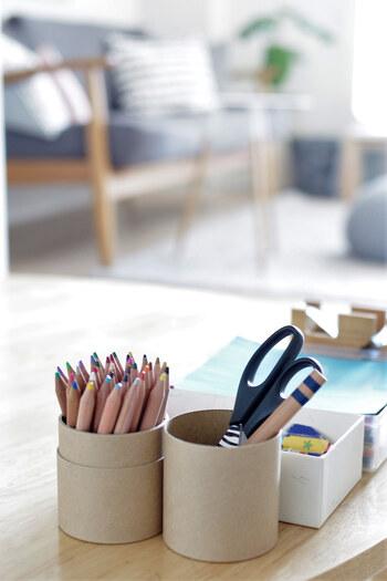 おうちやオフィスで使う場合も、紙管ケースに収納しながら使えます。フタは並べてペン立て代わりに使えば、より机の上がスッキリ片付きそう。