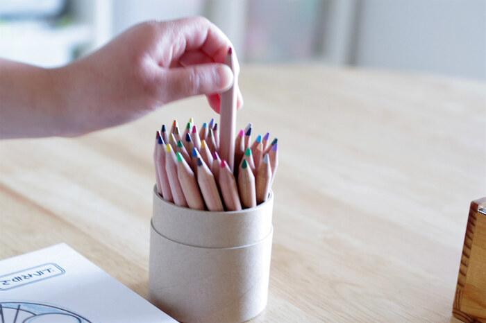直径7.5mm・高さ88mmのちょっと短めの色鉛筆です。シンプルでやさしい風合いの紙管ケースに入っているので、おうちの中で使うだけでなく、持ち運んで外でスケッチをするときにもフタをして手軽に携帯できて便利。