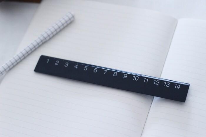 黒地に、大きめの白抜き文字が採用された、視認性の高い15cmの定規。実は裏面も同じく目盛りがあり、表面は左からに対して裏面は右から目盛が入っていて、左利きの方にも使いやすくなっています。しかも端が0スタートになるので、ものさしとして、ちょっとした物を測りやすくて便利。