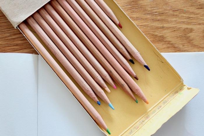 あか、だいだい、きいろ、みどり、あおなどよく使う基本の12色入もあり、学校やオフィスの机に入れておくのも便利です。さらに無印良品の嬉しいところは1色から買い足せること。よく使う色がなくなったら1本だけ購入したり、使ってみたい色を選んで買い足したりして自分で好きなセットを作るのもおすすめです。