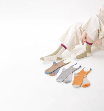 その色の配置がとても個性的で、履いてみると角度によって色んな表情が楽しめるようになっています。誰ともかぶらない、特別な一足になりそう。
