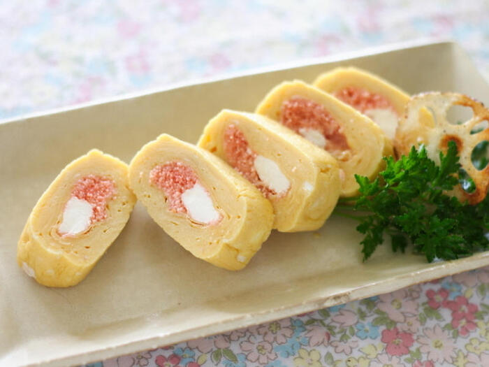 切り口のピンク色が春の花を思わせる卵焼き。色のアクセントにもなるチーズとの組み合わせは、味の相性もばっちりです。
