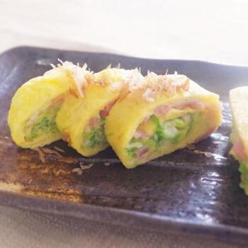 ベーコンのピンク色と春キャベツの緑色が卵の黄色によく映える、春らしい彩りのレシピ。いただくときに旬を感じられるのがいいですね。他にも、細かく刻んだアスパラを入れたり、季節の食材を組み合わせて応用してみましょう。