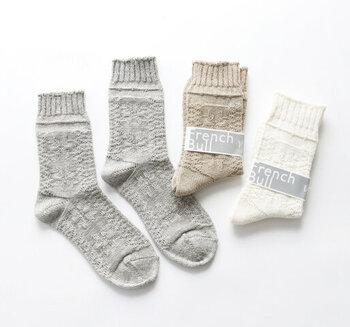 普段柄物は選ばない、シンプルなものが好きな人でもこの編み柄ならば許せてしまう可愛さ。綿とシルクリネンを使っているので、厚手ながらも履き心地は軽やかです。立体感のある凸凹編み柄が、ナチュラルに個性を引き出してくれます。