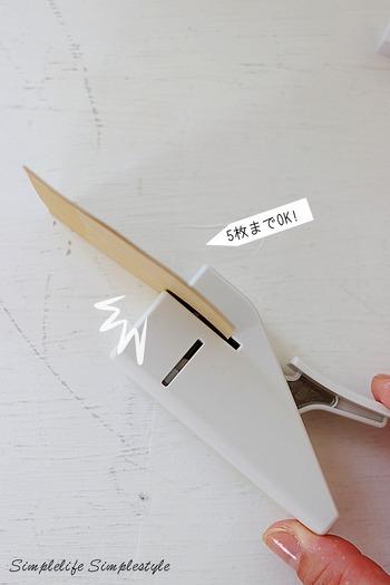 その名の通りに針を使わずに書類をとめることができる優れもの。ただしコピー用紙の厚みで5枚までですが、ちょっとした配布用の資料をまとめるのに便利です。