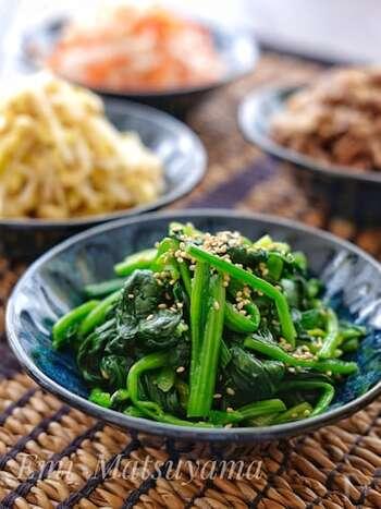 栄養豊富なほうれん草のナムルです。もやしと同じく、茹でた後にごま油ベースの味付けで仕上げます。ビビンバには数種類のナムルを使うと、味も食感も楽しめるのでおすすめ!