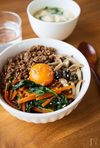 野菜ときのこ、2種類のナムルをのせることで栄養バランス良し!きのこはしめじとエリンギを使っていますが、椎茸や舞茸などお好きなもので作っても◎