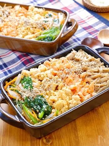 塩鮭を使った優しい味わいのビビンバです。ふわふわの炒り卵や、ご飯によく合う甘辛えのきも入って、満足度の高いメニューに。鮭と和える豆板醤を抜けば辛みゼロなので、お子さんにもおすすめ!