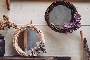 セリアのシンプルな鏡もリース台と組み合わせるだけでオリジナリティ溢れるミラーに変身!紫陽花のフェイクフラワーをアクセントに付けると、鏡に華やかさが加わりますね。お好みで花の色や量を増やすとまた違った印象に仕上がりそうです。