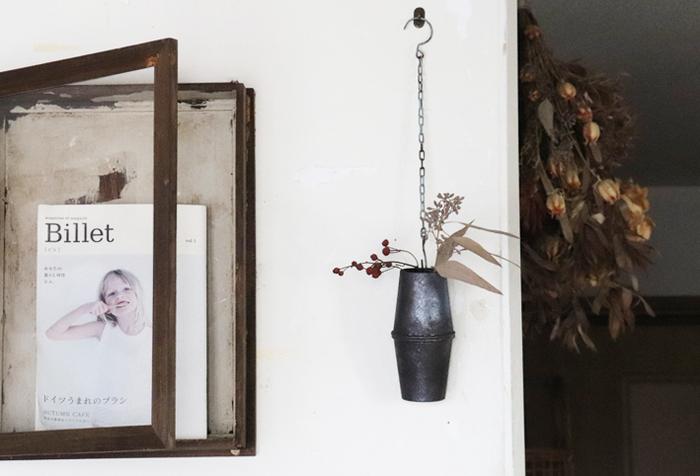こちらの壁に掛かったフラワーベース、実は紙コップ2個を組み合わせて作っています。カットしてペイント施し、チェーンを取り付けたら完成。ドライフラワーだけでなく、水を入れて生花もある程度飾れますよ。